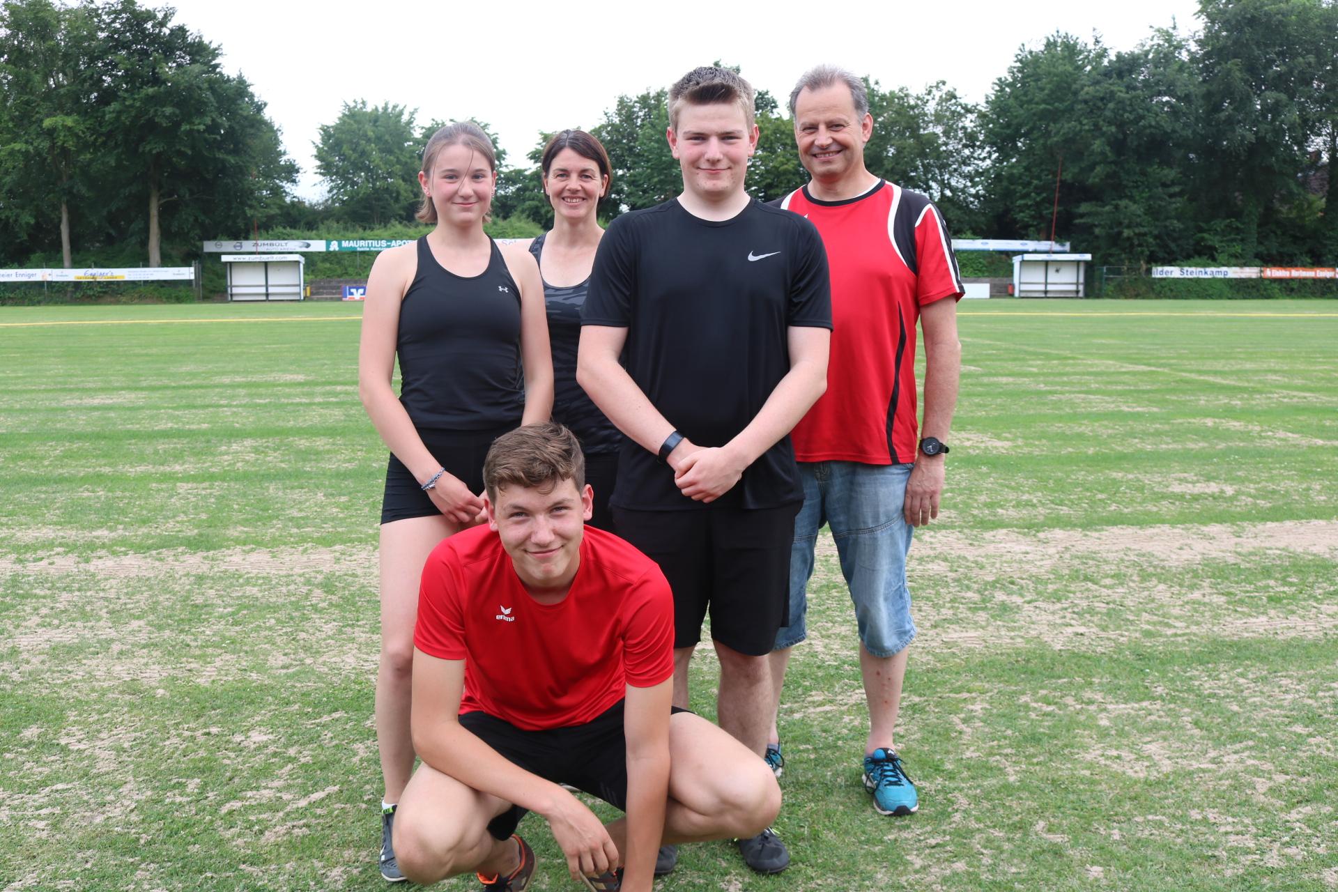 vorne hockend: Justin Brand stehend von links: Katharina Lachnitt, Tanja Sell (Trainerin), Mathis Stein, Holger Stein (Trainer)